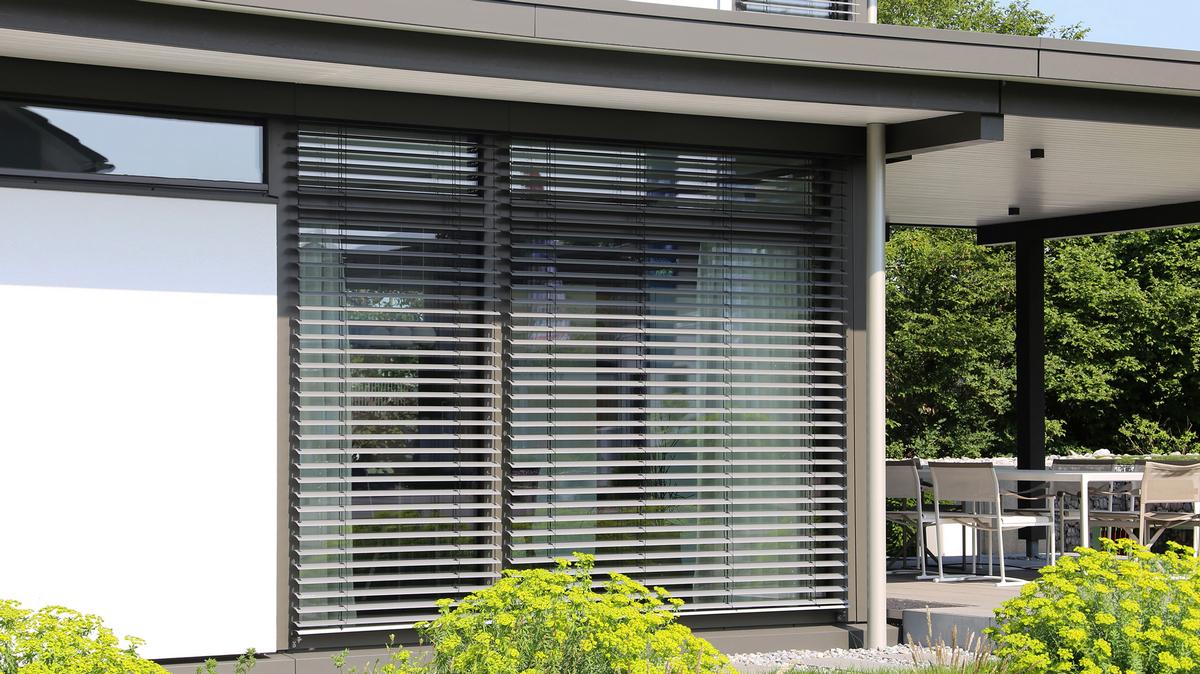 Fenster mit moderner Jalousie